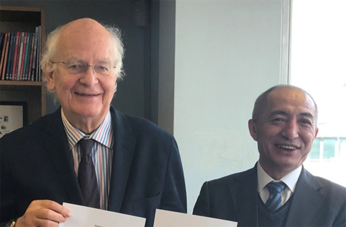 尤斯伯恩出版公司创始人皮特·尤斯伯恩(左)与接力出版社总编辑白冰(右)携手展开战略合作, 为中国孩子们带来更多的好书。